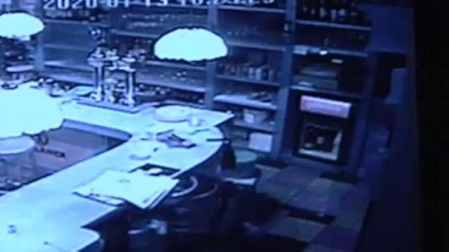 Un hombre se queda encerrado en un bar tras dormirse en el baño y llama a la Guardia Civil