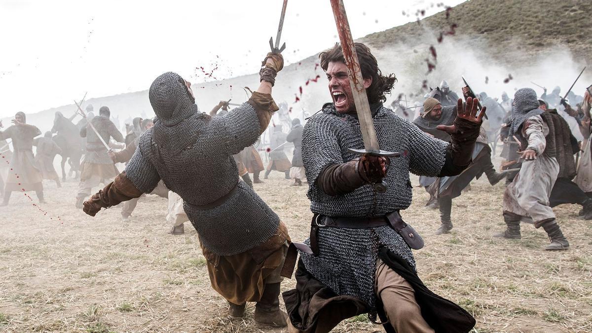 """Fotograma de la serie """"El Cid"""" con el protagonista sosteniendo la polémica espada."""
