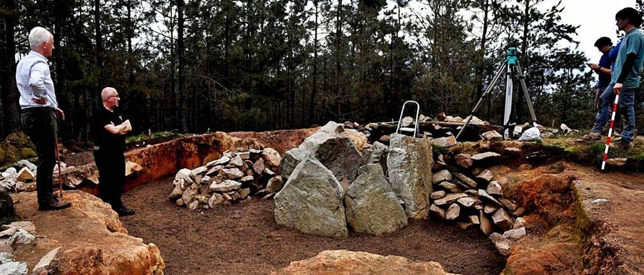 El presidente de la Fundación Valdés-Salas, Joaquín Lorences, visita con el arqueólogo Rubén Montes los trabajos en el dolmen de La Cobertoria. | Proyecto La Cobertoria