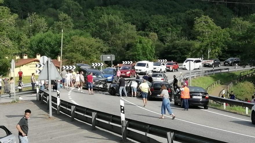 Colas kilométricas por un accidente en Cangas de Onís