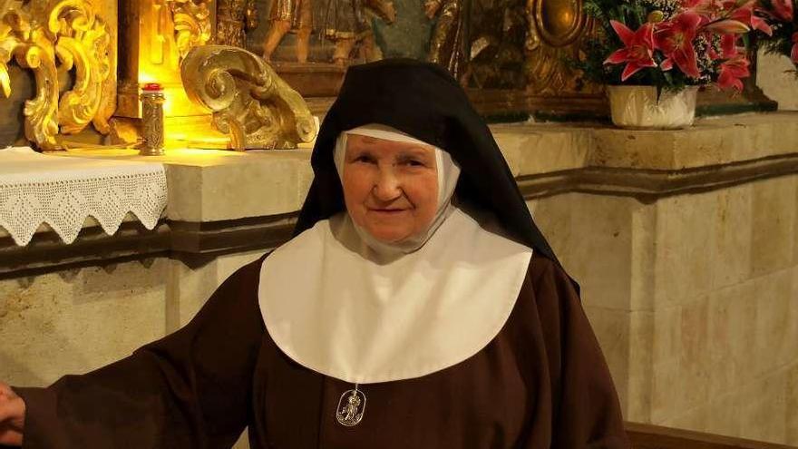 La madre Clara posa en una foto durante la celebración de su 90 cumpleaños en el convento.