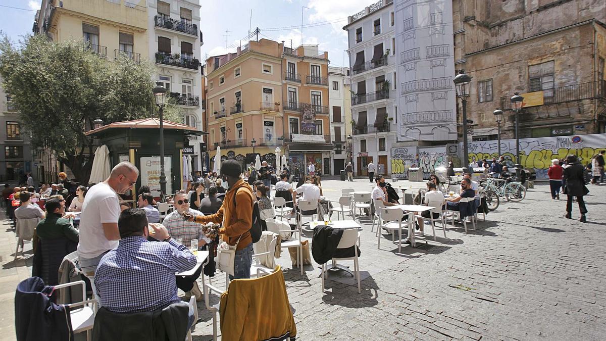 Las terrazas, que volvieron a llenarse ayer de clientes en València, ya abren al 100 % pero con un máximo de seis comensales por mesa. | E. RIPOLL
