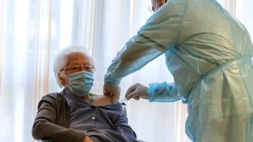 Una mujer de 103 años, la primera vacunada en l'Alcoià y El Comtat