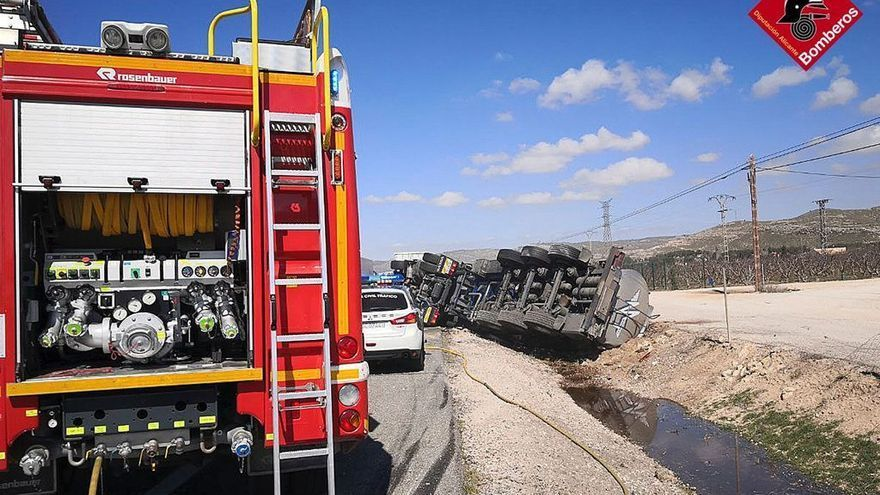 Un camión cisterna con abono líquido vuelca en la A-31 a su paso por Villena