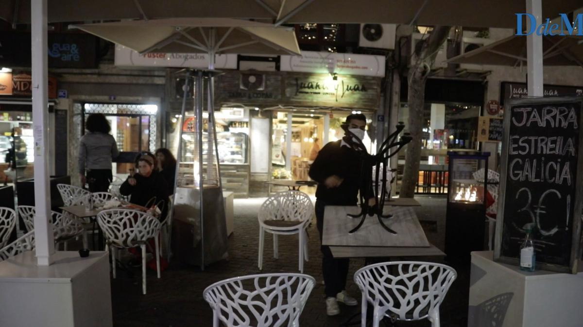 El responsable de un bar de la calle Oms de Palma recoge la terraza para cerrar a las 18.00 horas