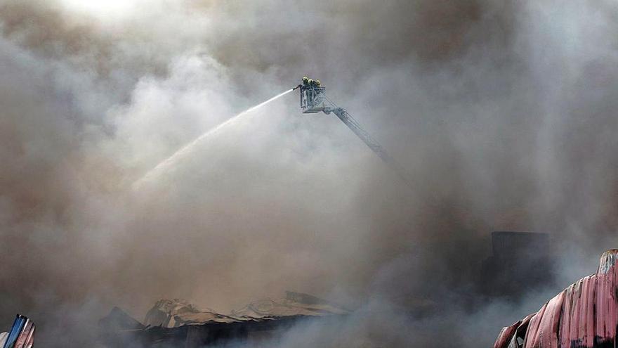 Un incendio causa daños por 15 millones en un polígono de Lugo