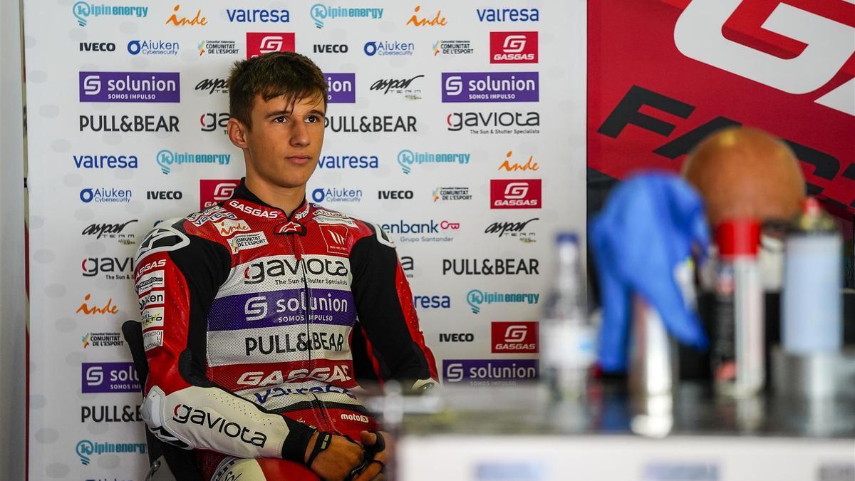 Sergio García Dols, pensativo en el box del Aspar Team antes del inicio de la carrera. EUROPA PRESS
