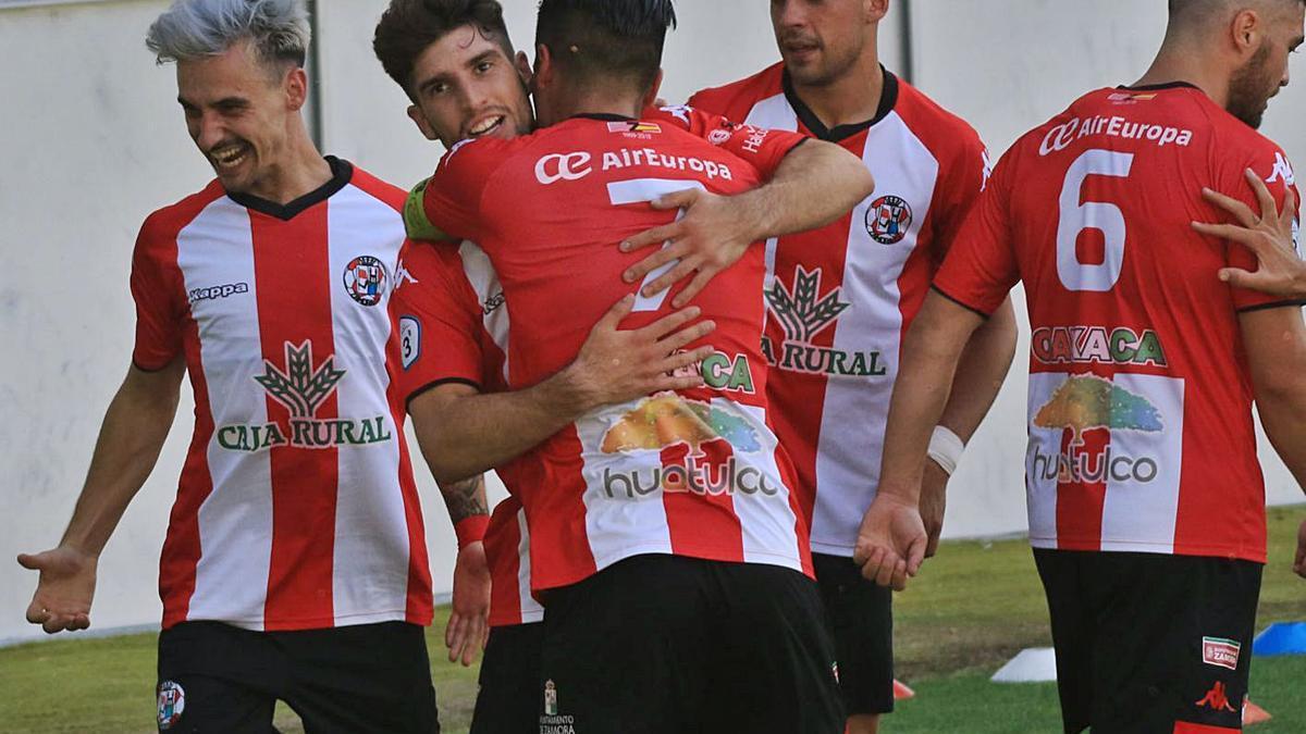 El Zamora celebra el primer gol ante la Segoviana. | J. L. F.