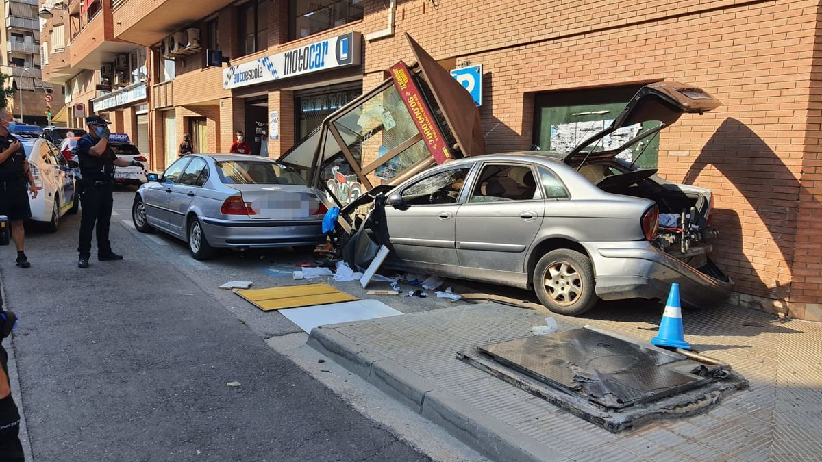 El cotxe que ha xocat contra una caseta de l'ONCE, després d'intentar fugir de la Guàrdia Urbana a Lleida