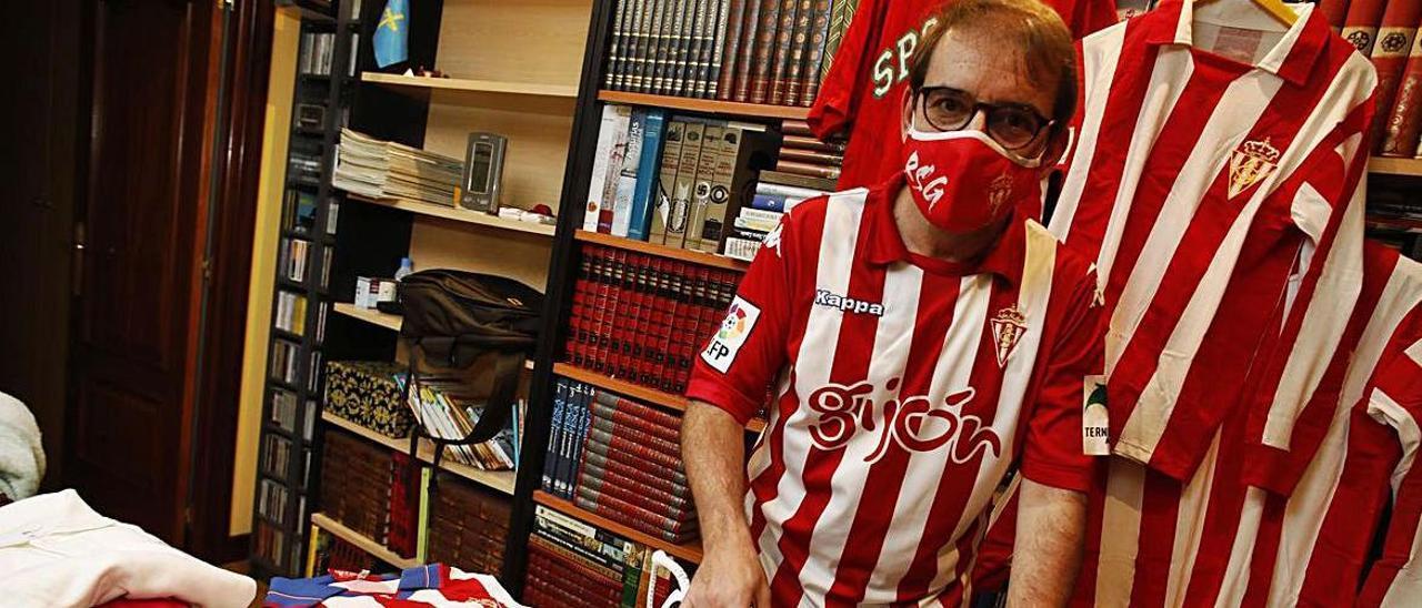 Juan Antonio Lázaro, preparando su camiseta del Sporting