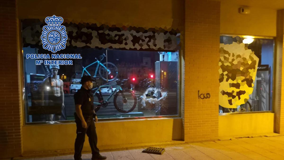 A prisión por intentar robar en una tienda de bicicletas y amenazar a sus padres