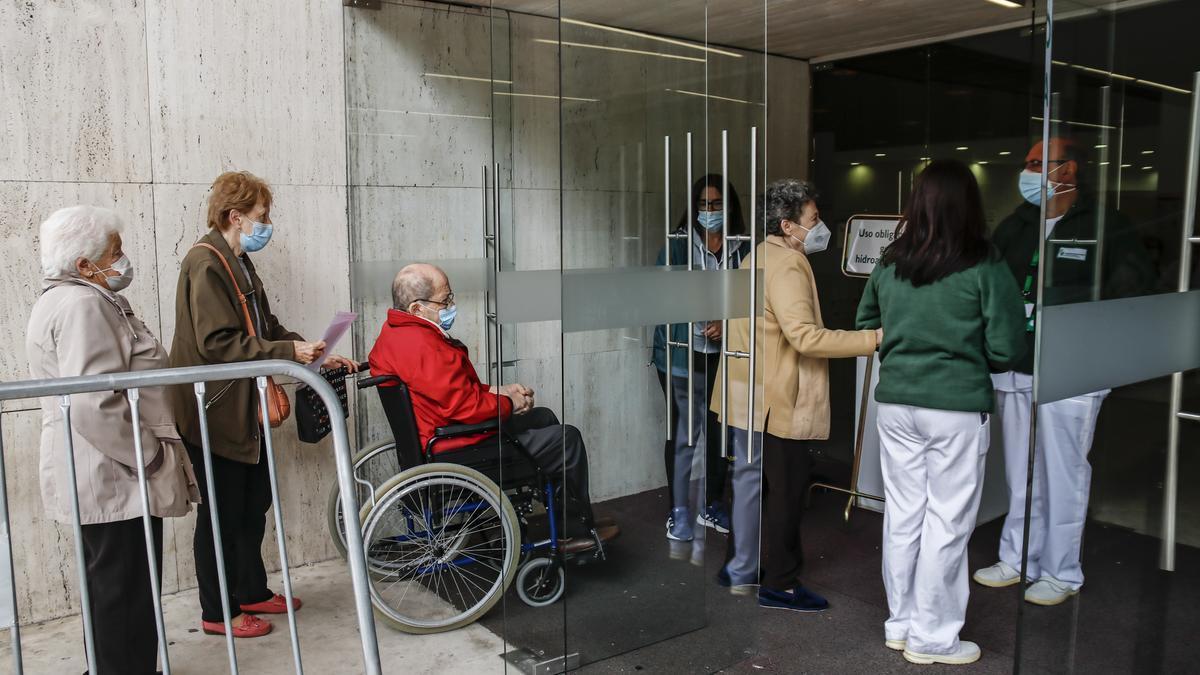 Algunas de las personas que acudieron ayer a vacunarse al palacio de congresos de Cáceres.