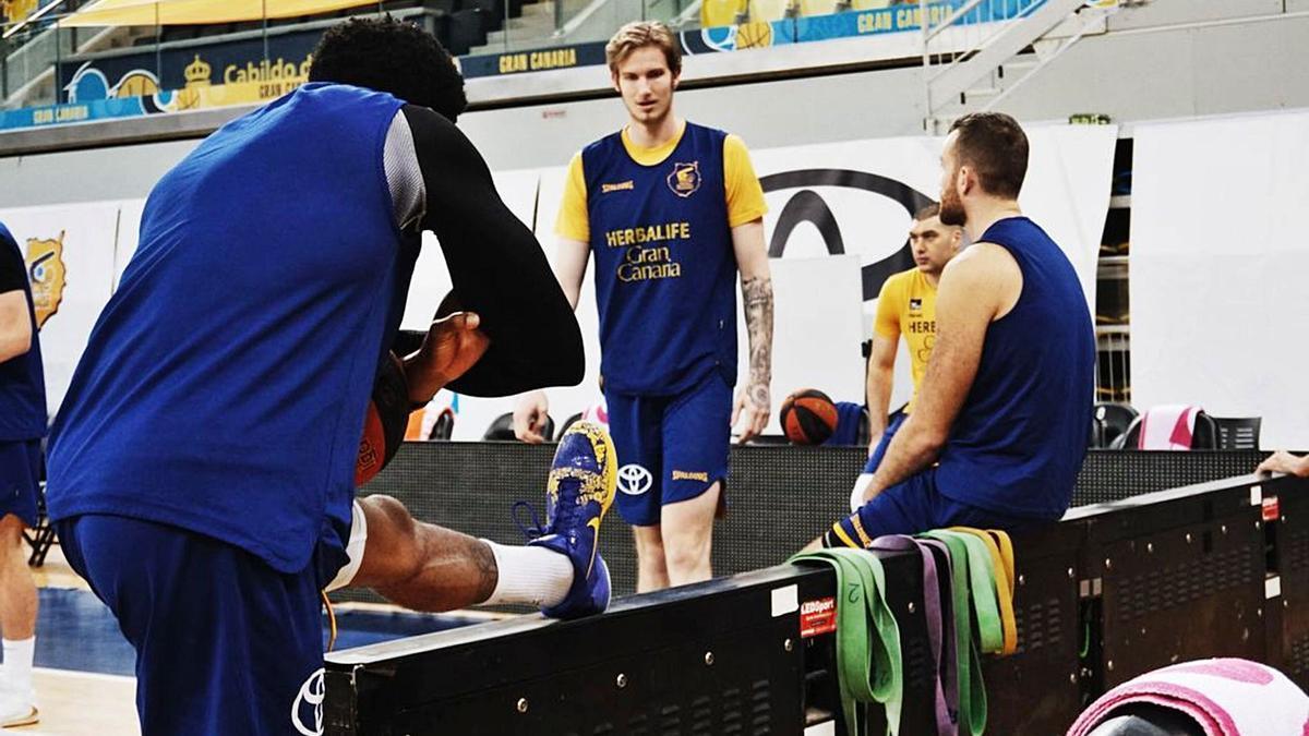 Jugadores del CB Gran Canaria, durante una sesión de estiramientos previos a la disputa de uno de los partidos de la presente temporada en el Gran Canaria Arena.     CBGC