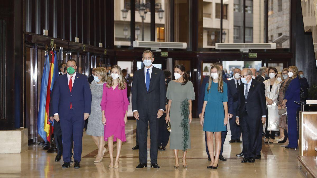 Los Reyes, la Infanta Leonor y la Princesa Sofía, a su llegada al concierto de los Premios Princesa de Asturias