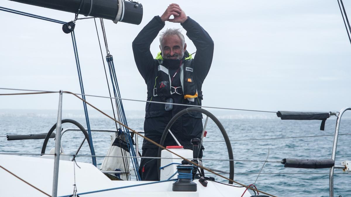 Eduardo Horrach festeja sobre el barco su éxito esta mañana en el Real Club Náutico de Palma.