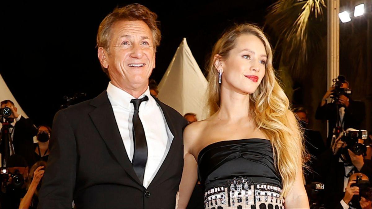Dylan Penn junto a su padre, Sean Penn, en la 'premiere' de 'Flag Day' en Cannes.