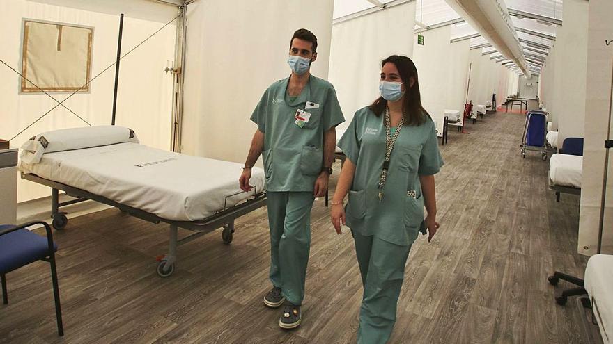 El Hospital de Elche mete ya 3 camas por cuarto mientras que el de campaña está infrautilizado