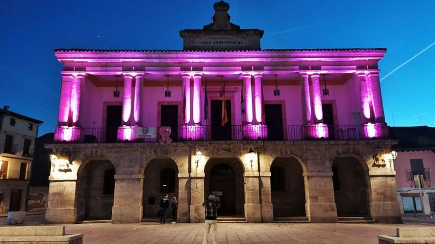 Toro ilumina dos edificios para dar visibilidad a la lucha contra el cáncer de mama
