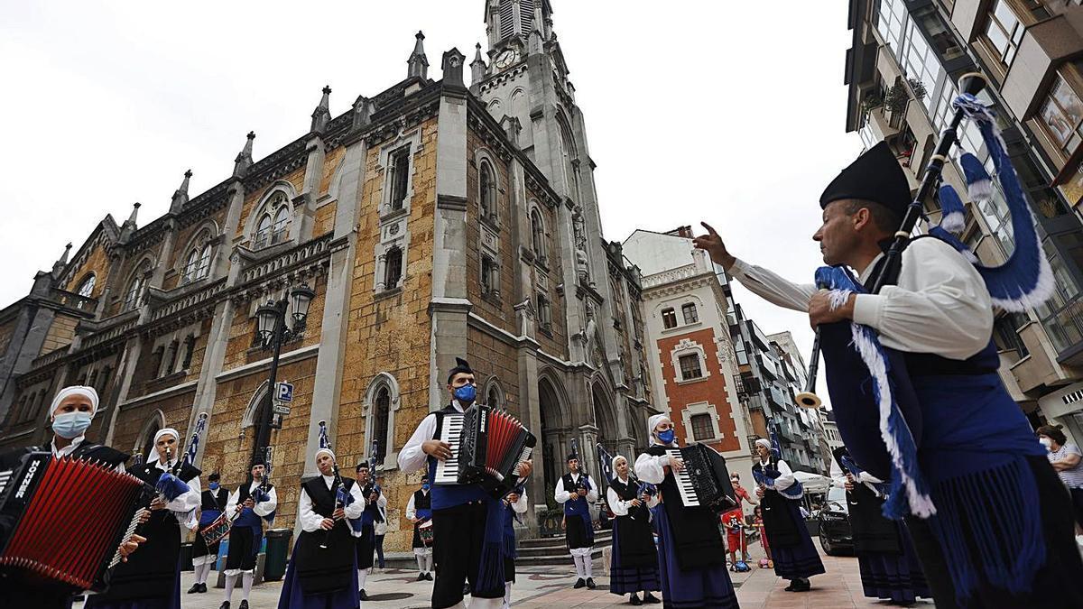 """La Real Banda de Gaitas """"Ciudad de Oviedo"""", en su actuación junto a la iglesia del Sagrado Corazón.   Miki López"""