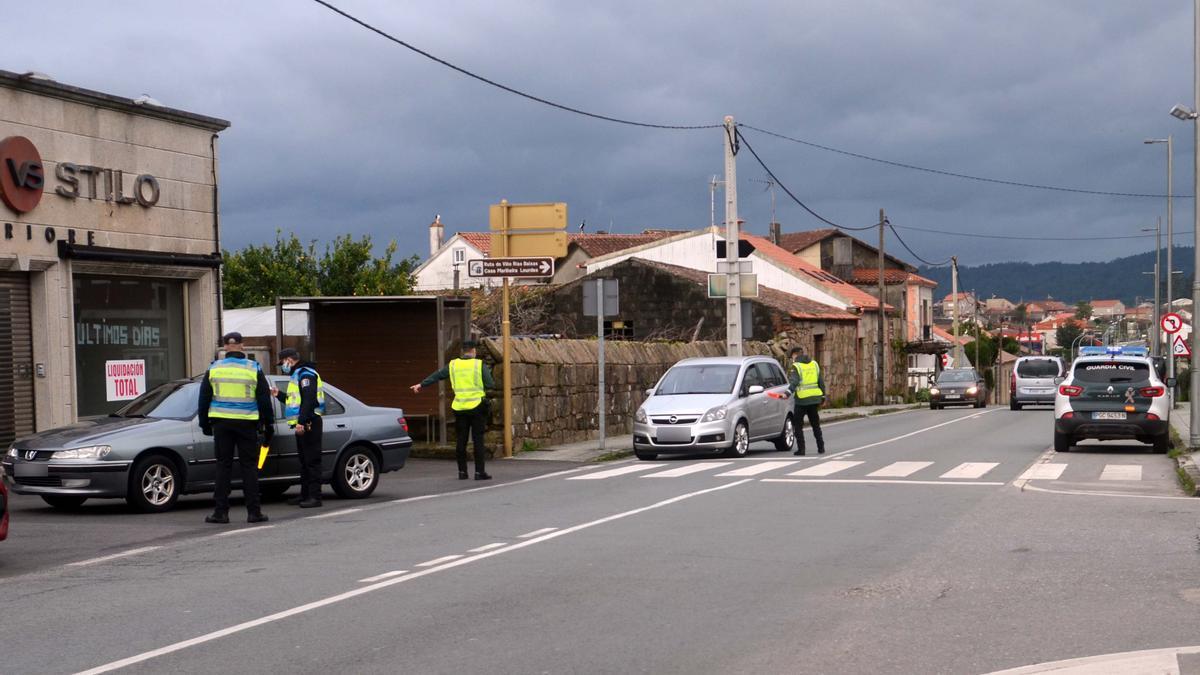 Control conjunto de Policía Local de Cambados y Guardia Civil en la avenida de Vilariño