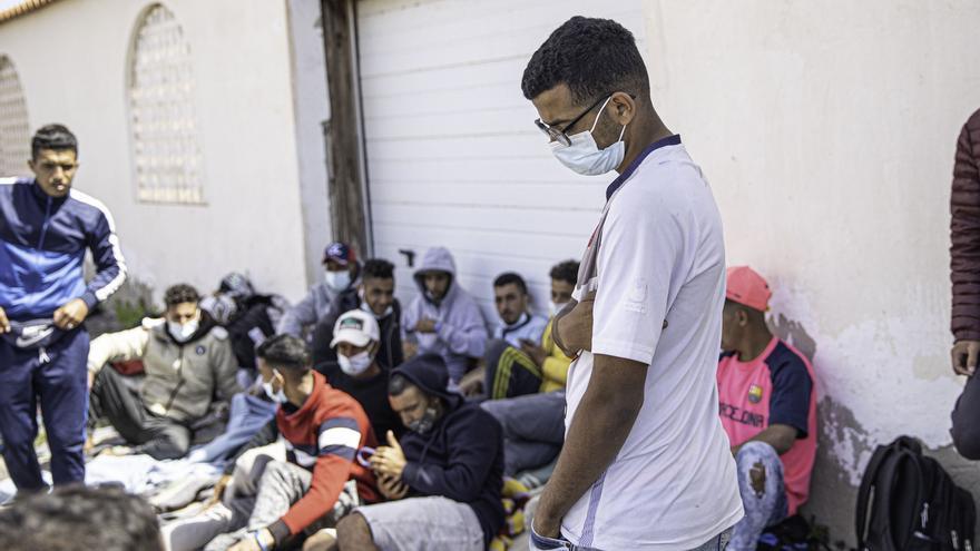 Un grupo de inmigrantes, entre ellos dos menores, duermen al raso en El Matorral