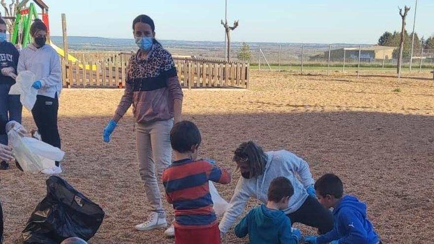 """Padres limpian el parque de Antona García ante la """"dejadez"""" del Ayuntamiento de Toro"""