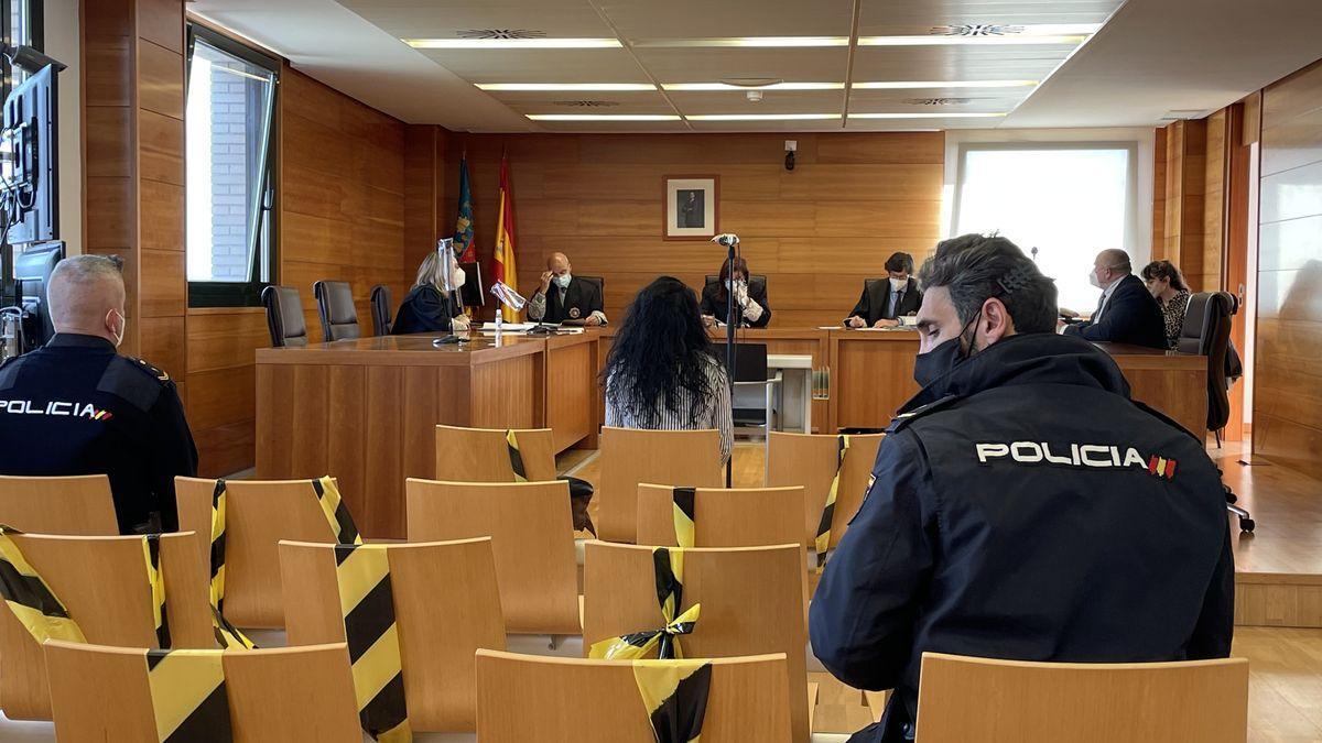 Un agente custodia a la ya condenada durante el juicio en la Audiencia.