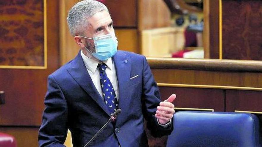El ministro de Interior ayer en el Congreso, convertido en centro de las críticas de los nacionalistas canarios.