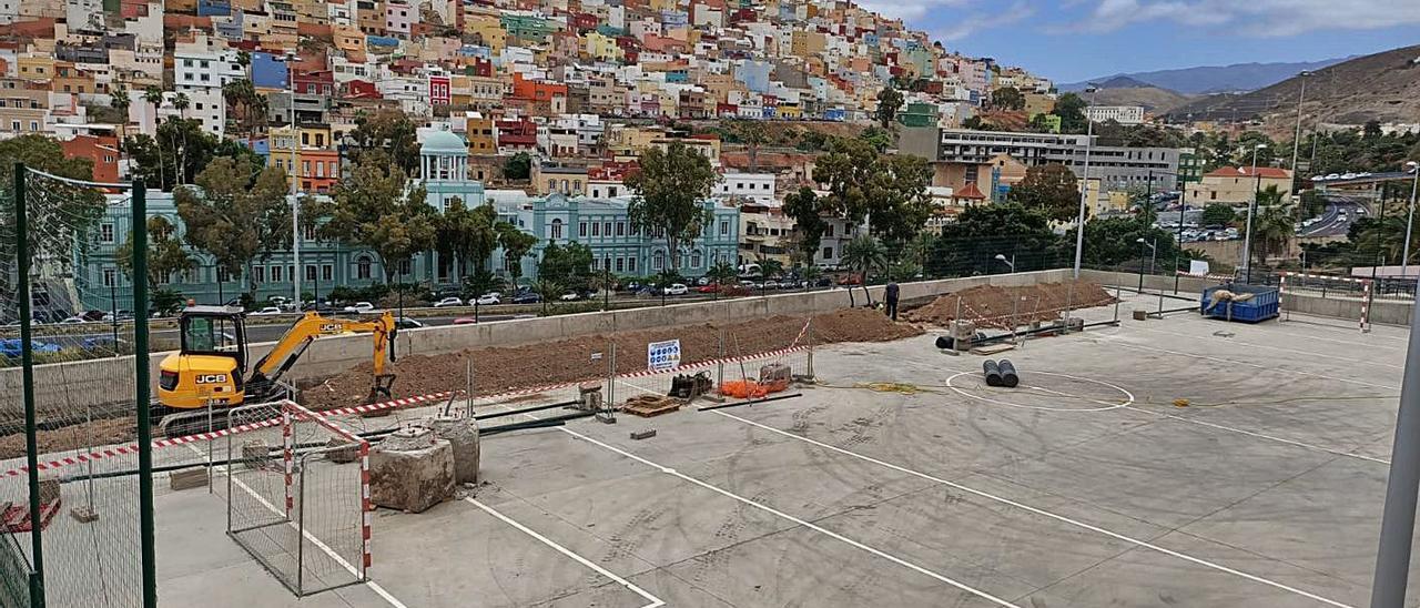 Obras de reparación en el parque deportivo del Risco de San Nicolás el pasado viernes. | | LP/DLP