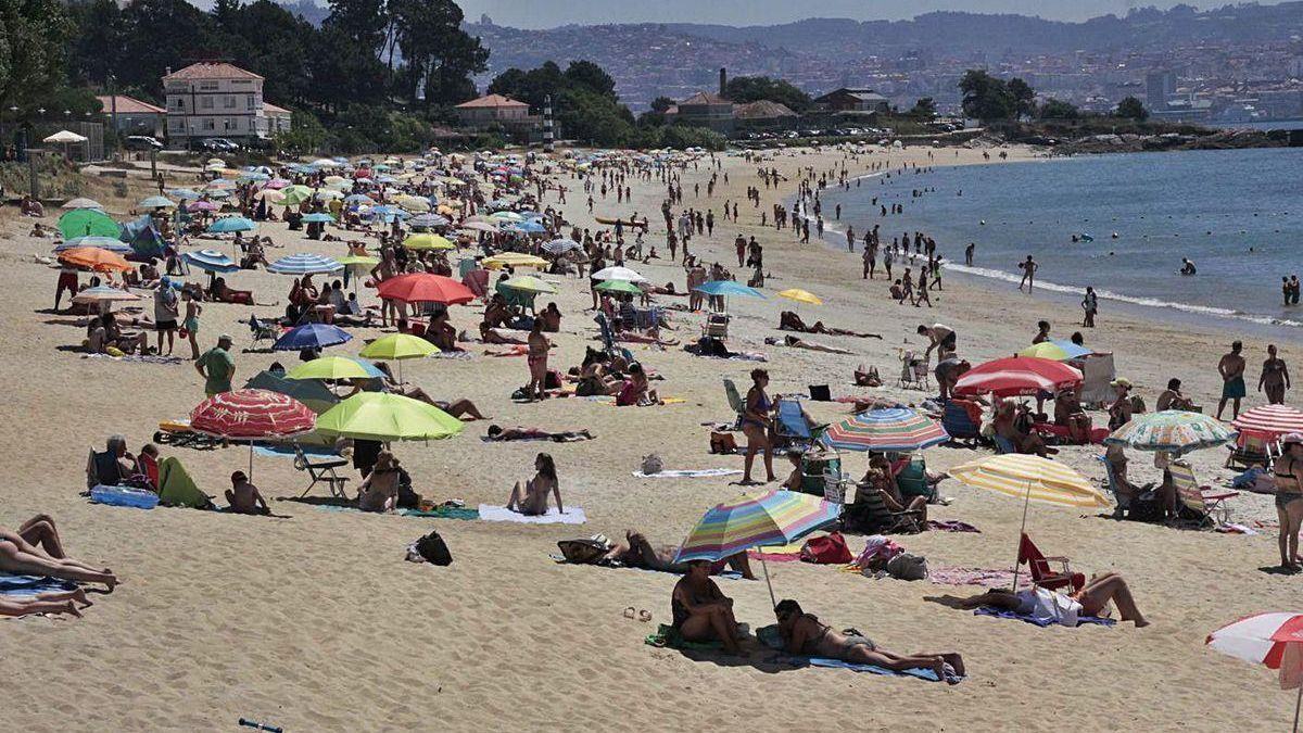Bañistas este fin de semana en Rodeira, uno de los puntos donde se detectaron las manchas.