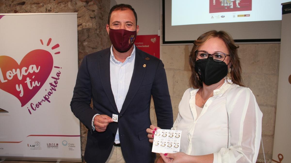 Francisco Morales y Antonia Martínez con el sello de correo