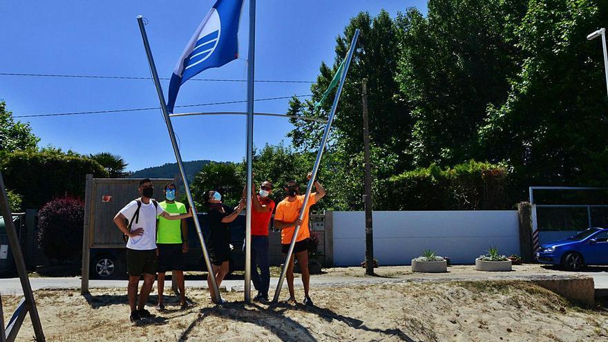 La comarca luce desde hoy sus 11 banderas azules tras conseguir Bueu y Moaña los socorristas