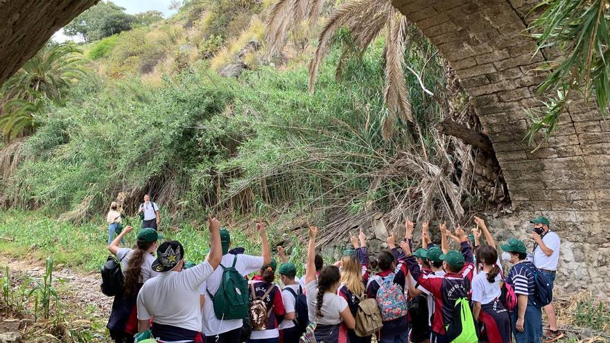 El Ayuntamiento participa en una ruta senderista con una treintena de escolares