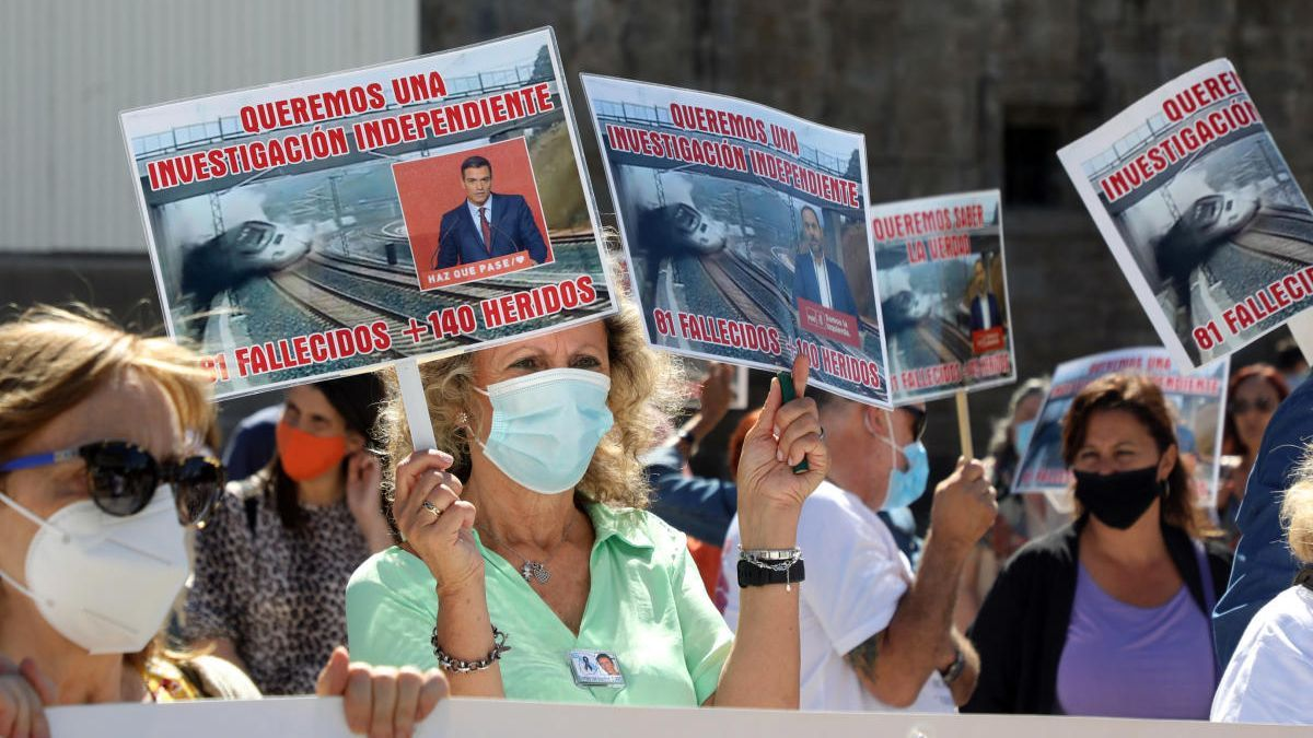 Concentración de víctimas del Alvia en Santiago por el séptimo aniversario del accidente. // Xoán Álvarez
