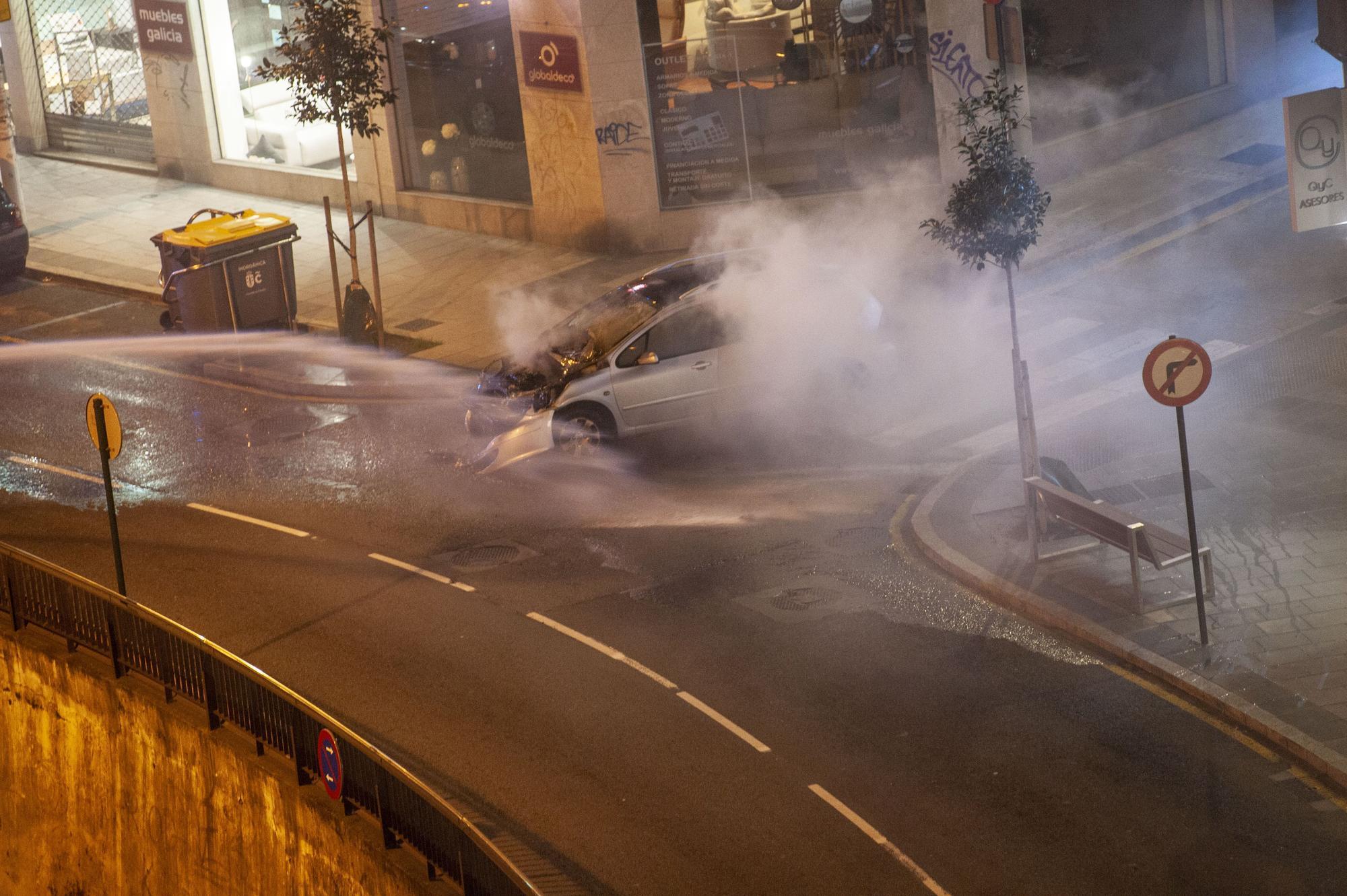 Los bomberos apagan un incendio en un vehículo en Juan Flórez
