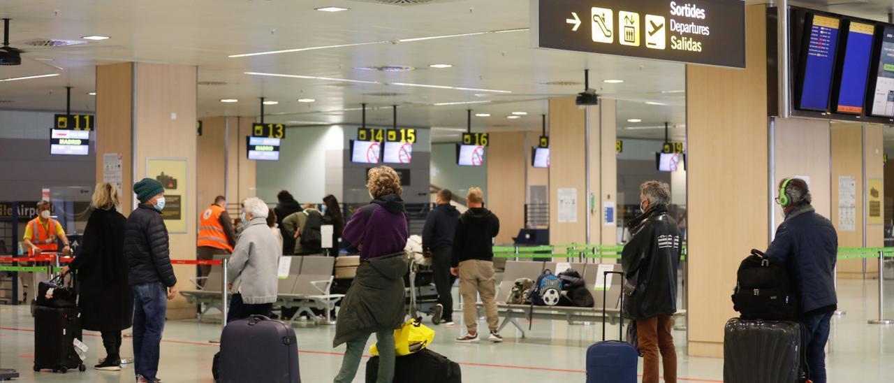 Un grupo de pasajeros hacen cola en el aeropuerto de Ibiza, en una imagen de archivo.