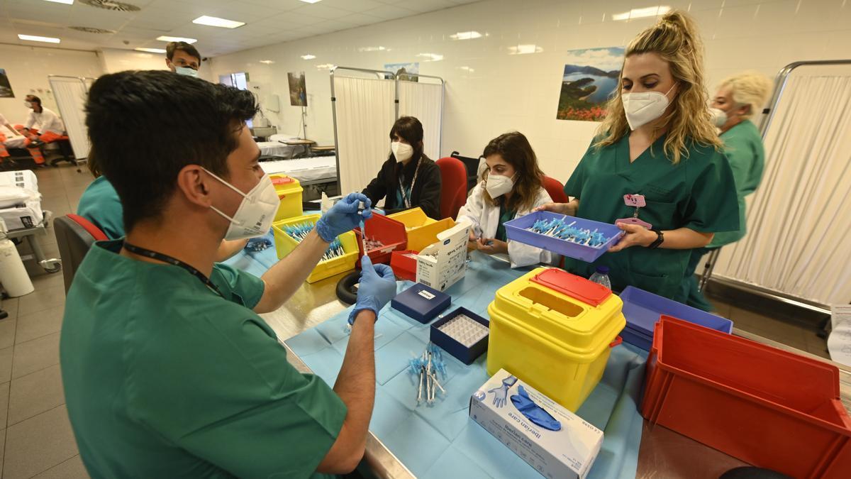 Un grupo de sanitarios prepara las dosis de la vacuna contra el covid-19 hace unos días en el Auditori de Castelló.