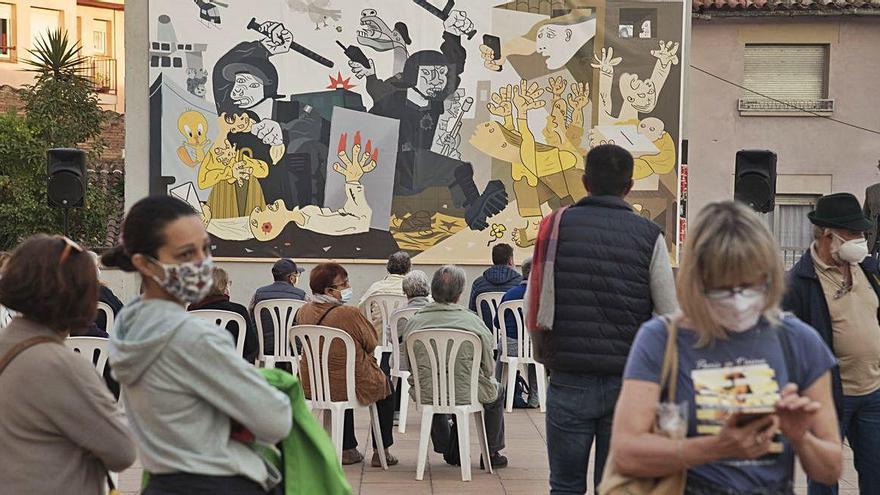 Un grup d'ultradreta retira el mural de l'1-O de Moià inspirat en el «Guernica»