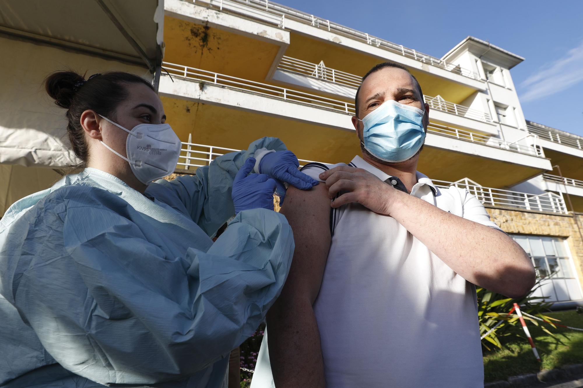 Vacunas sin salir del coche: arranca en el Naranco la vacunación desde el vehículo
