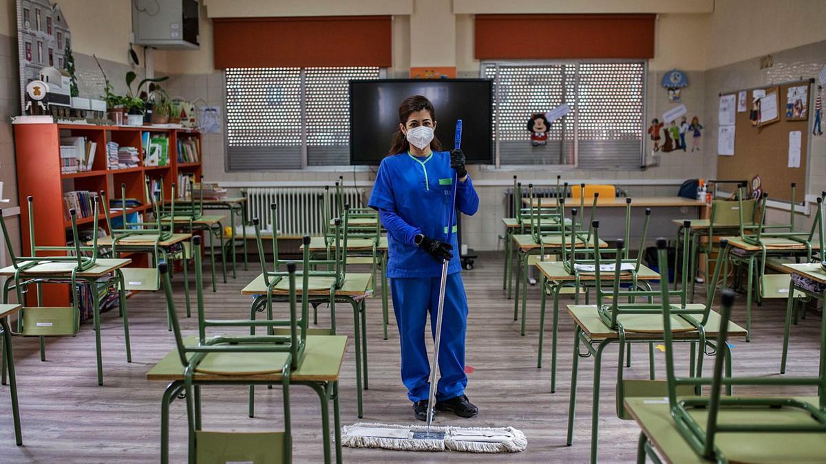Marta Jurado Ramos durante su jornada laboral en el colegio Sancho II. | Nico Rodríguez