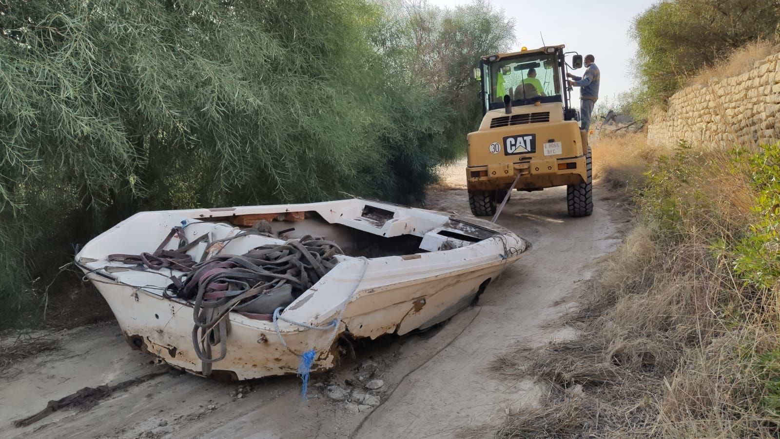 """Sacan las primeras embarcaciones del """"cementerio naval"""" de Cala Baeza en El Campello"""