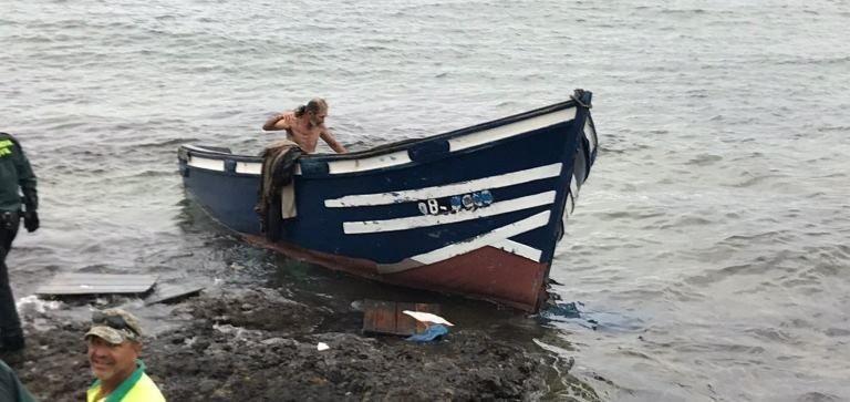 Una patera con al menos 11 inmigrantes llega de madrugada a Las Caletas