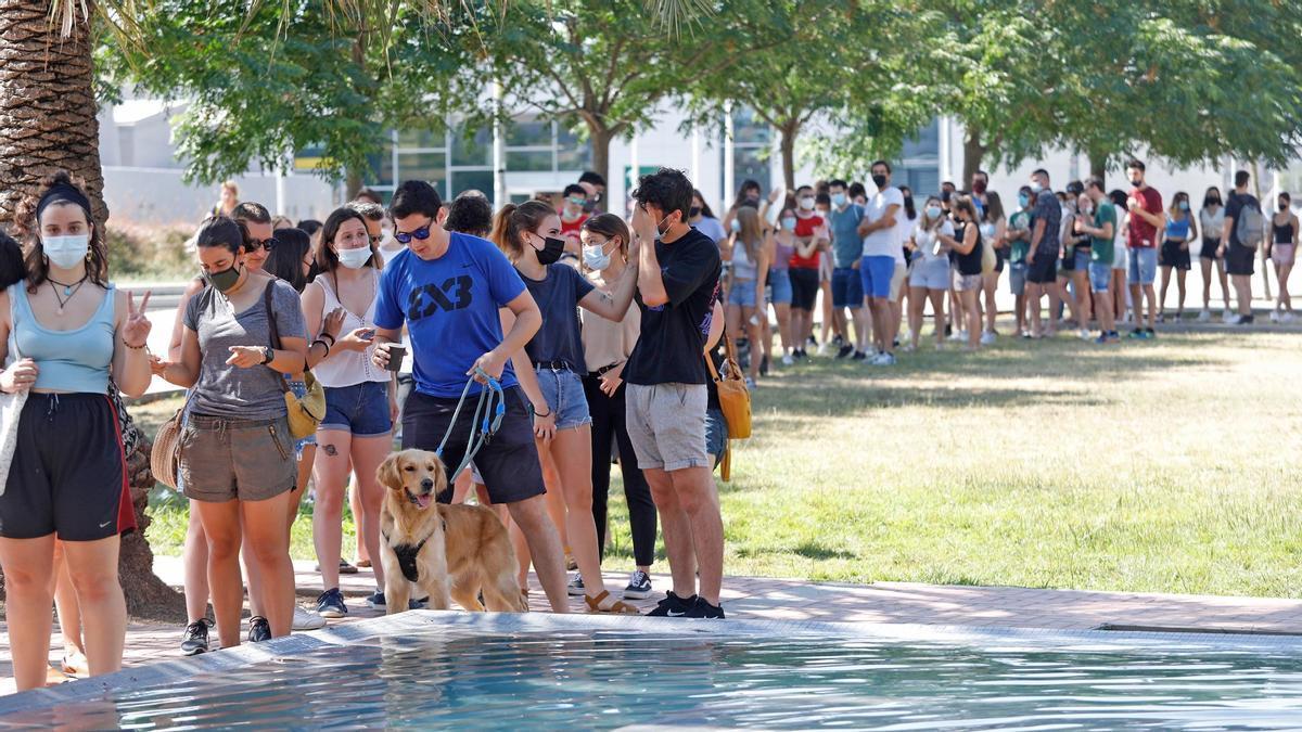 Joves gironins fent cua al Parc Central per fer-se un test d'antígens abans d'assistir al festival Canet Rock