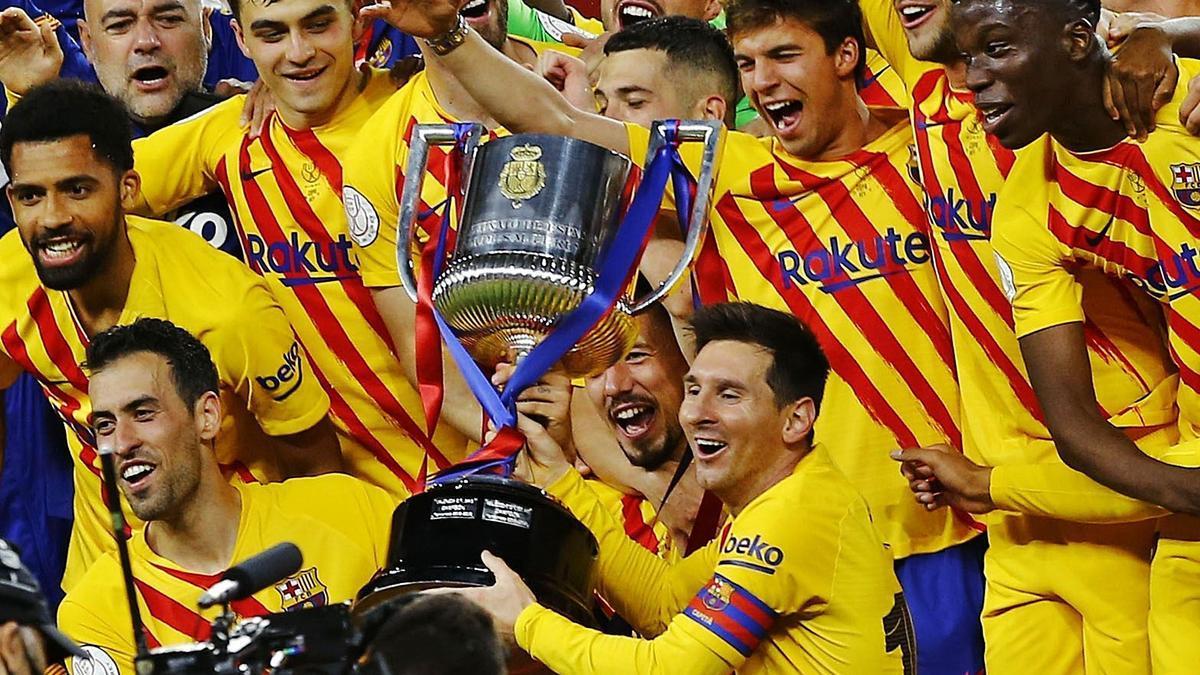 Los jugadores del Barcelona celebran el título de Copa. |  // MARCELO DEL POZO