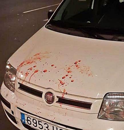 Restos de sangre sobre un coche.