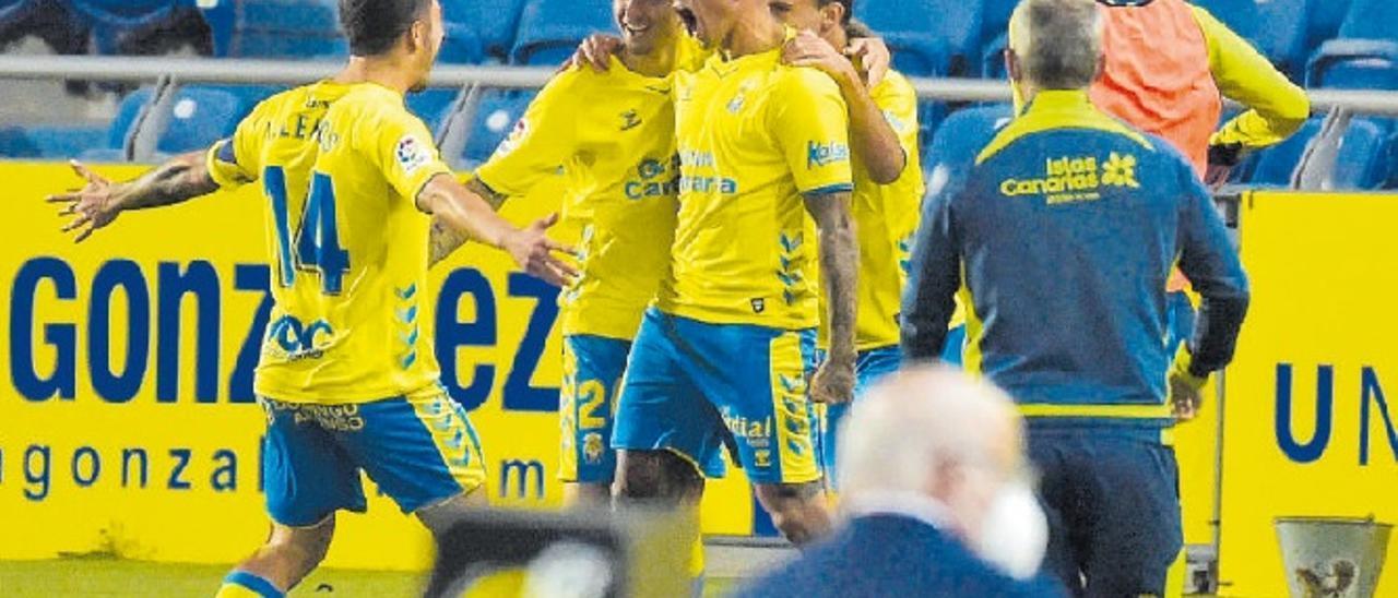 Sergio Araujo se dispone a recibir el abrazo de Lemos tras el gol que marcó el domingo pasado al Mallorca en el Gran Canaria.jpg