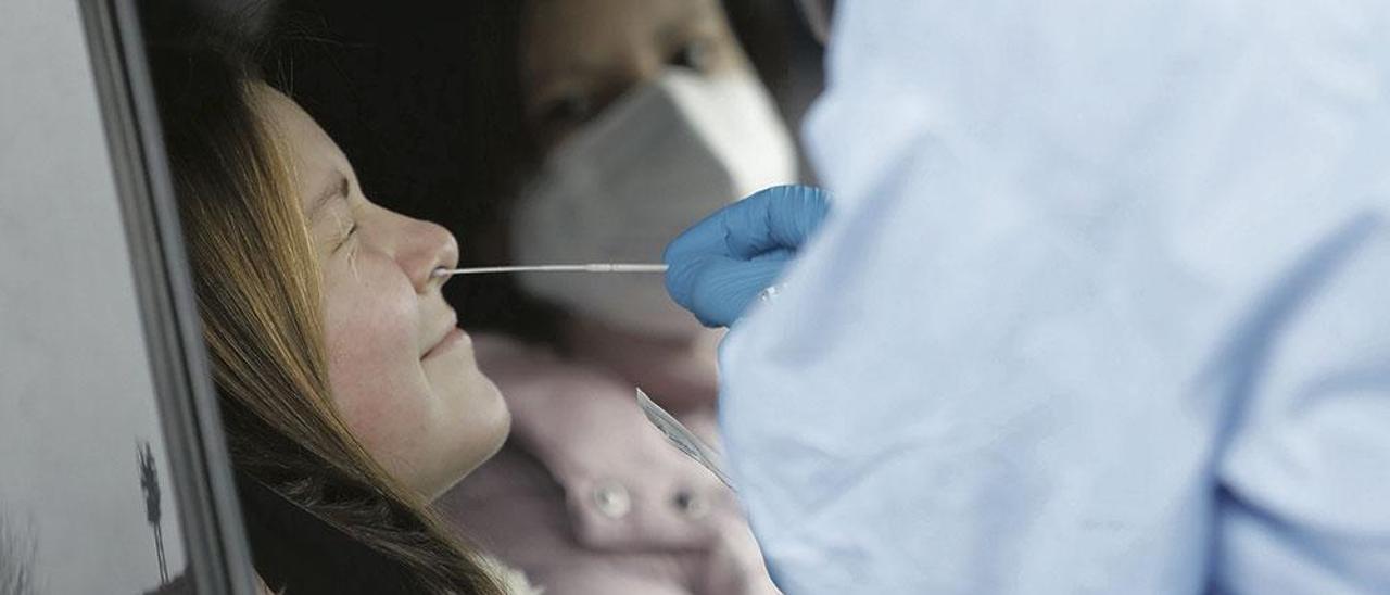 Un sanitario toma una muestra para una PCR en Grado, esta semana. | Luisma Murias
