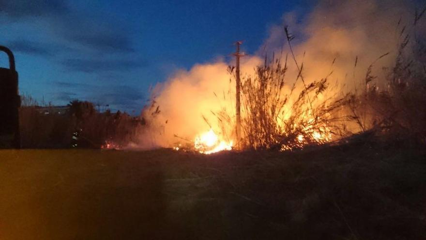 La caída de un cable de media tensión provoca un apagón y un incendio en Dénia