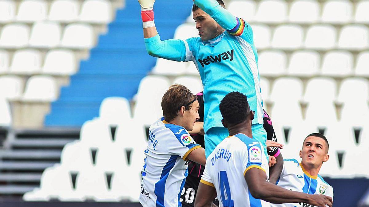 Iván Cuéllar, portero del Leganés, atrapando el balón en un ataque del Tenerife en el partido del domingo