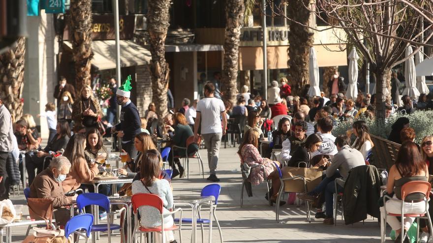 """""""Mañaneo"""" en el centro de Alicante ante el toque de queda en Nochebuena"""
